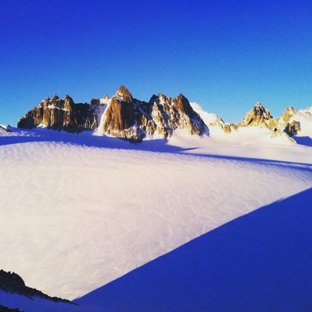 Igår snöstorm men nu har det vänt, snart dags för säsongens första Mt Blanc!#montblancspecialisten #chamonix #bergsresor #elevenate