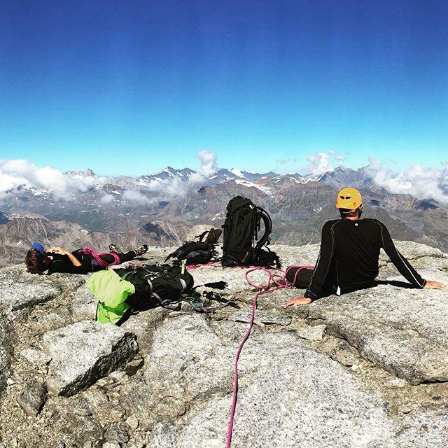 Acklimatisering när den är som bäst, tupplur på 3800möh!#granparadiso #klättring #bergsresor #montblanc #elevenate