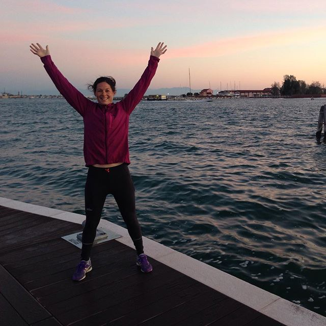 Carro kör morgon gymnastik i Venedig!Själv är jag super nöjd med att 90km löpning i lördags gjorde min häl bättre än innan! #venedig #semester #bergsresor