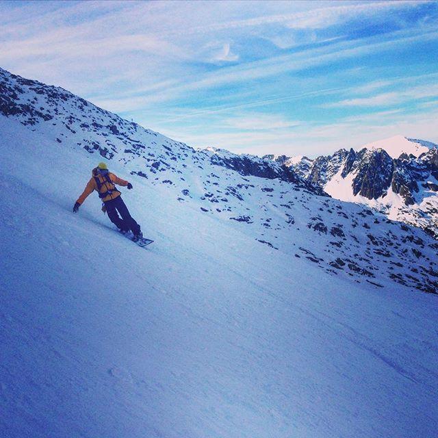 Fortsatt lite snö i Chamonix men det finns ok åkning om du använder hudar! #grandmontets #skitour #bergsresor #elevenate #dynastar