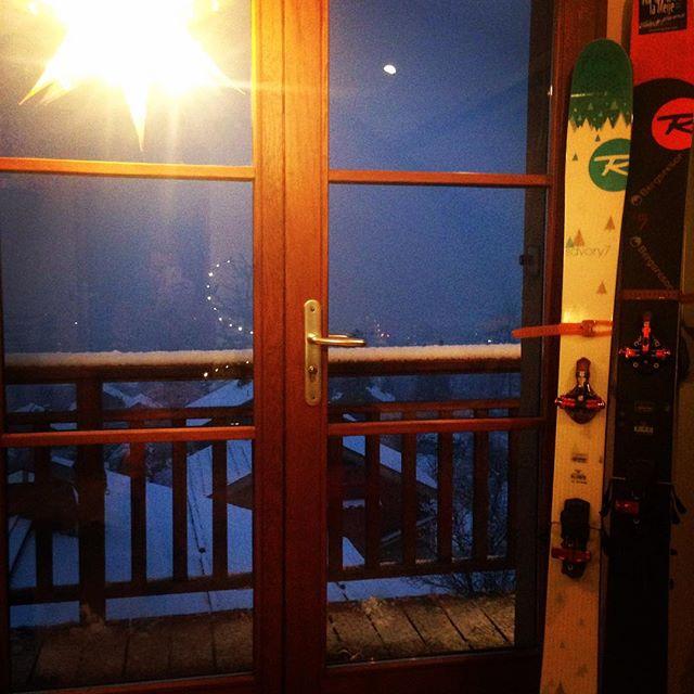 Äntligen har det snöat hela dagen och det har sägs fortsätta hela veckan, så för tillfället bort med turlaggen och fram med puderskidorna!! #rossignol #G3 #bergsresor #chamonix