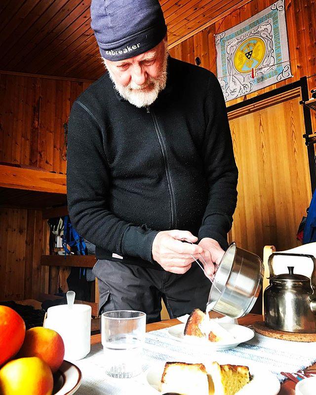 Äppel/apelsinkaka med vaniljgrädde är vad värdens bästa stugvärd bjuder på efter en stormig dag på fjället!!#tarfala #bergsresor #skitouring #elevenate #g3gear