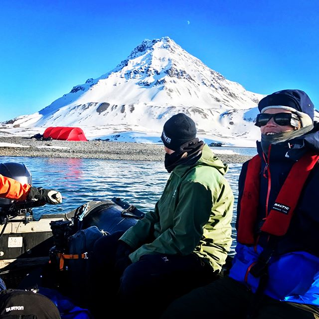 Vi han även med en natt under bar himmel!#bergsresor #svalbard #skitouring #nordiclight