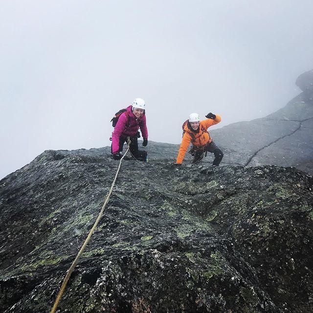 Dimma och snö på säsongpremier av Stetind. Men hursomhelst helst är det en fin tur!#stetind #bergsresor #nordlandturselskap #elevenate #dynafit