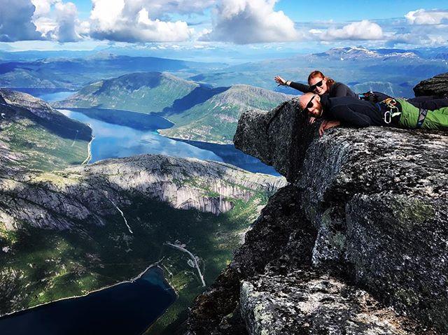 Full fart uppför sydpelaren på Stetind belönas med någon minuts vila på mage!#stetind #narvik  #bergsresor #elevenate #dynafitsweden
