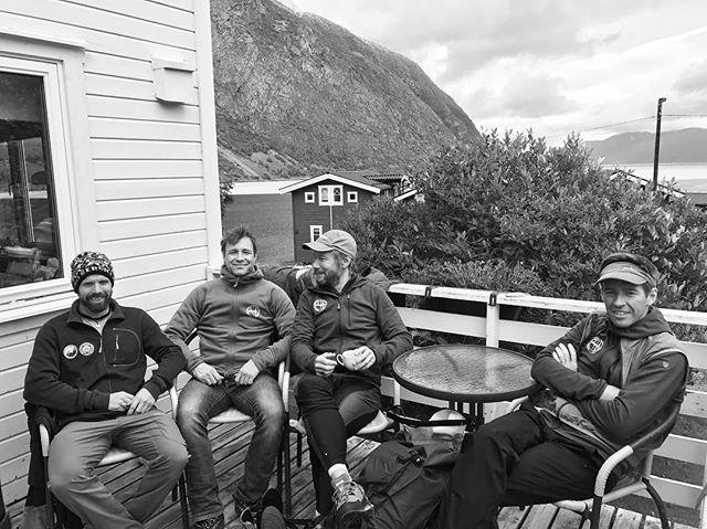 Med tuffa förhållanden på fjället så blir det lite mer tid till kaffe på terassen med ett gött gäng!#koppangen #lyngen #dynafitsweden #elevenate #bergsresor #svenskaäventyr