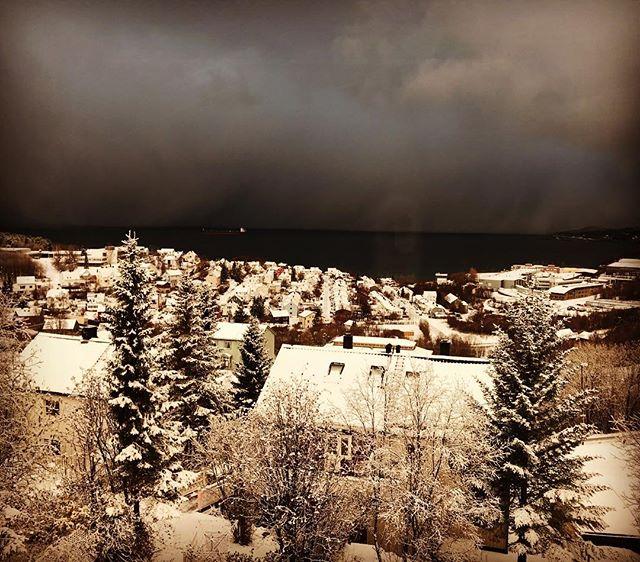 Lite snö har det kommit och med molnväggen där borta kommer det mer, 10 minuter efter bilden togs blev det snöstorm ️#skitour #topptur #narvik #bergsresor #elevenate #dynafitsweden