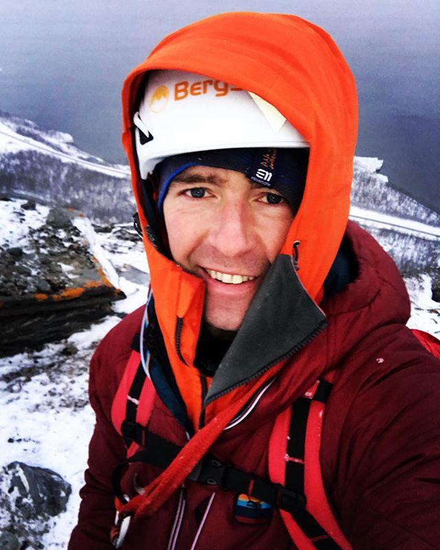 6 lager med kläder på överkroppen räcker för en bra isklätterdag i norr! #svenskabergsguideorganisationen #sbo #elevenate #bergsresor #fjällräven
