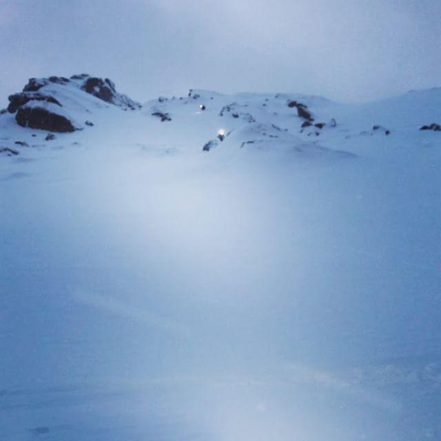 Vi kör vidare med bra förhållanden och pannlampa på turerna i norr!#topptur #littletind #narvik #bergsresor #g3gear #elevenate