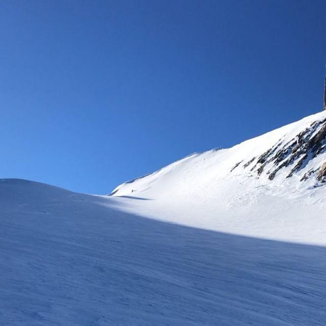Inte oändligt med puder men när det blir 2000höjdmeter är det grymt ändå. @linusarchibald #skitour #topptur #engelberg #titlisroundtour #bergsresor #elevenate #dynafitsweden