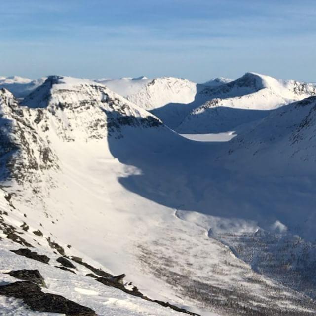 Det tog nog 17 år från att jag tänkte gå upp på den här toppen till jag fick göra det idag! #segeltind #narvik #bergsresor #dynafit #elevenate
