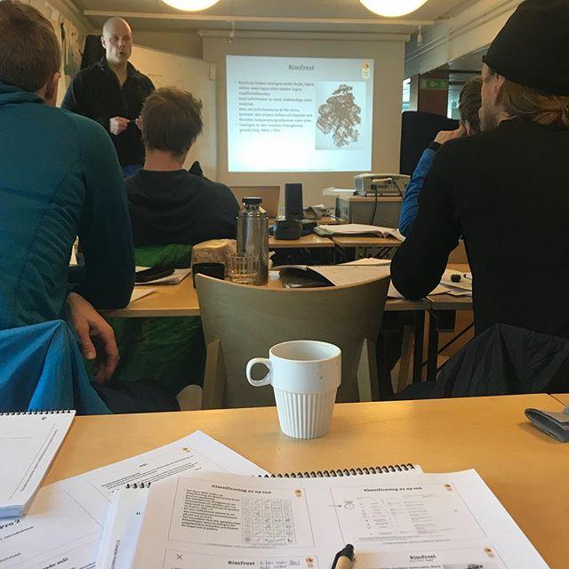 Nästa generations guider nördar ner sig med lavinkunskap!#svenskabergsguideorganisationen #sbo #fjällräven